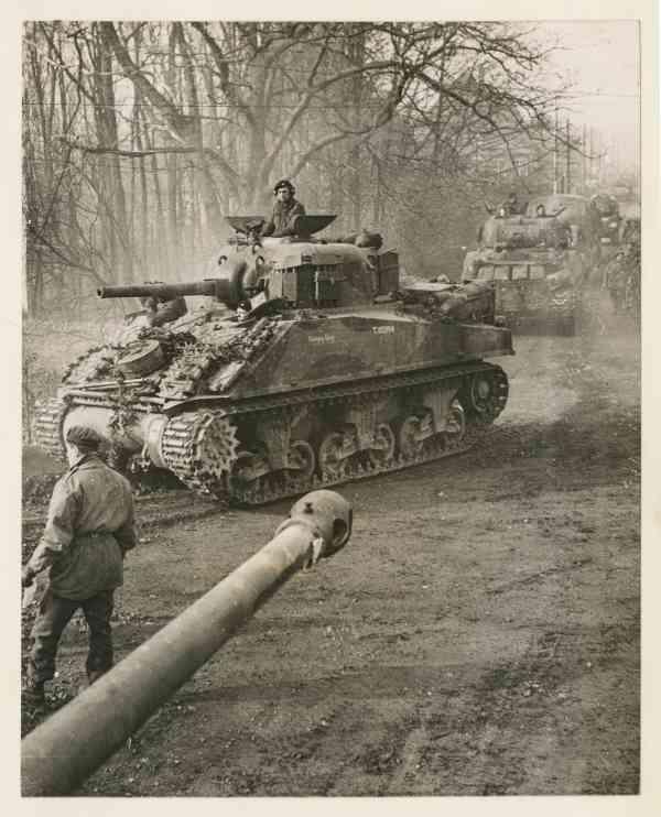 Sherman tanks Foto Beeldbank NIMH